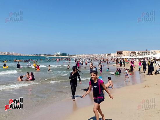 الاطفال تستمتع بالجرى على الشاطئ