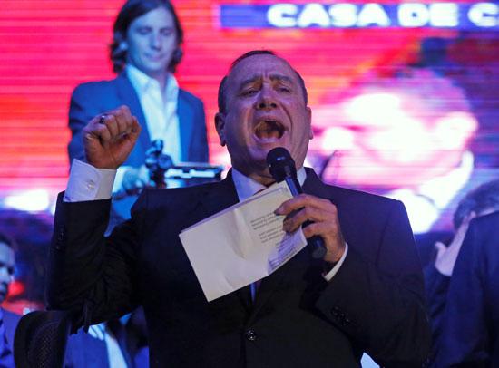 جياماتى يعلن  فوزه برئاسة جواتيمالا