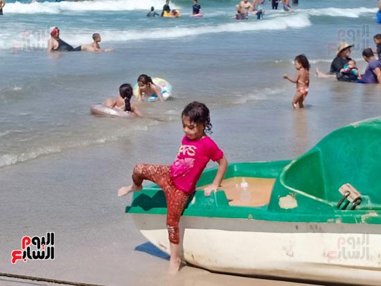 طفلة تلعب فوق المركب