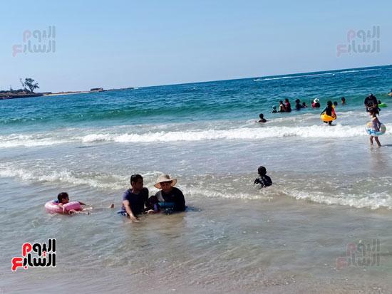 سيدة وابنها فى البحر