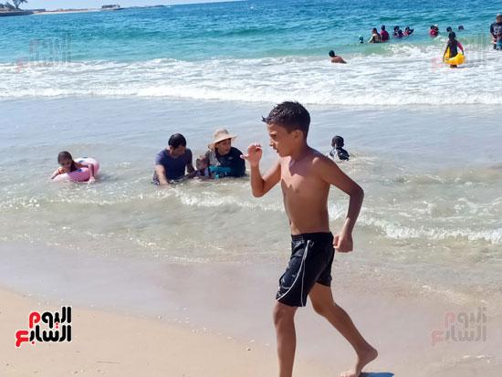 طفل يلعب على الشاطئ