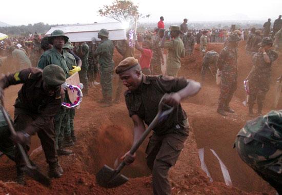 قوات الجيش تضع جثامين الضحايا فى باطن الأرض