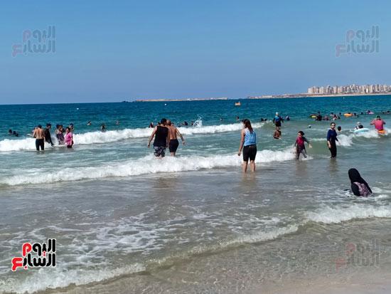 امواج البحر بالقرب من الشاطئ