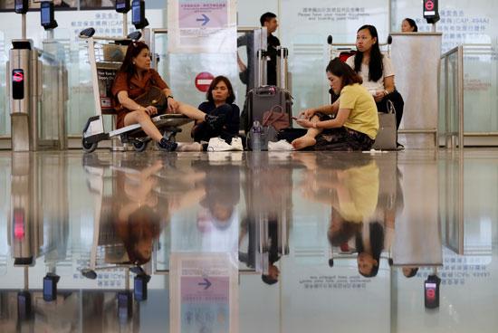 المسافرون-يجلسون-على-الأرض