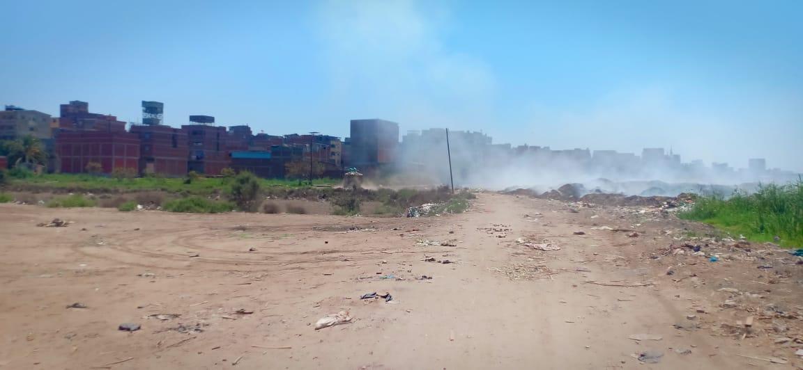 حرائق تجمعات القمامة تغطى سماء قرية السيالة  (2)