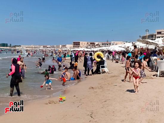 متابعة الاهالى لاطفالم من على الشاطئ