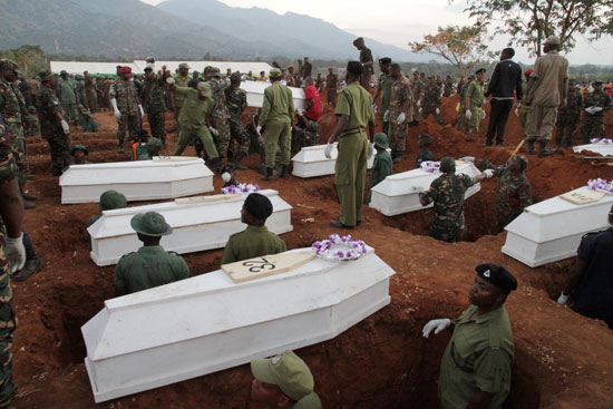 لحظة دفن الجثامين