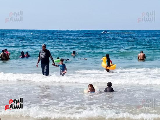 الاسر فى البحر مع اطفالهم