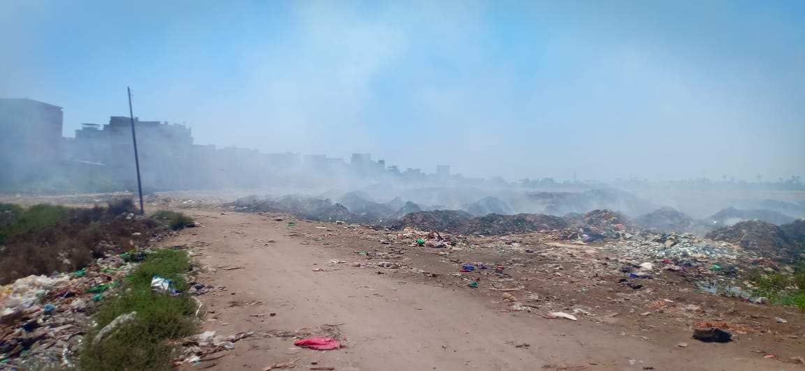 حرائق تجمعات القمامة تغطى سماء قرية السيالة  (5)