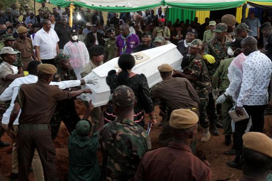 حمل جثامين الضحايا