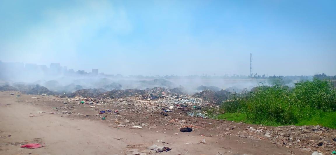 حرائق تجمعات القمامة تغطى سماء قرية السيالة  (3)