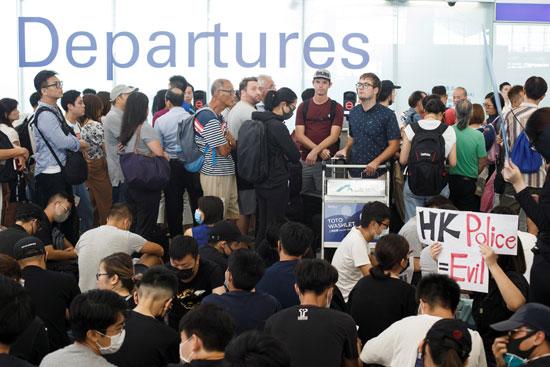المسافرين-بمطار-هونج-كونج
