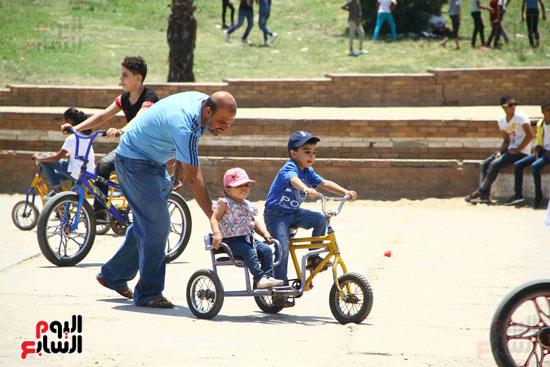 الاب يعلم اطفاله ركوب العجل