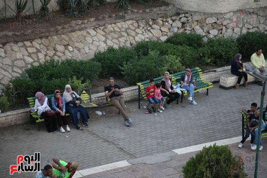 عائلات يجلسون امام النيل