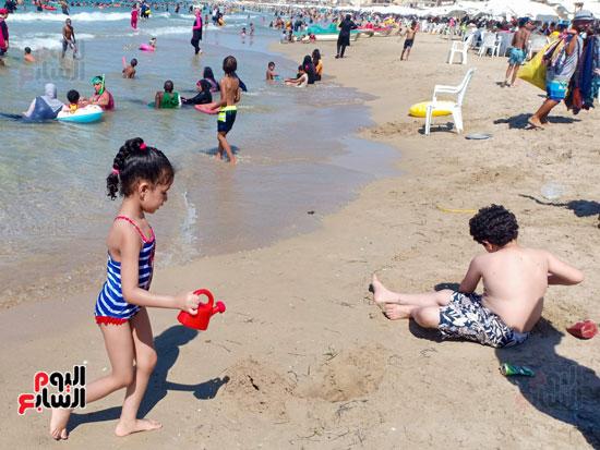الاطفال يبنون الاهرامات من الرمال