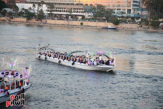 استمتاع الشباب بالمركب النيلية