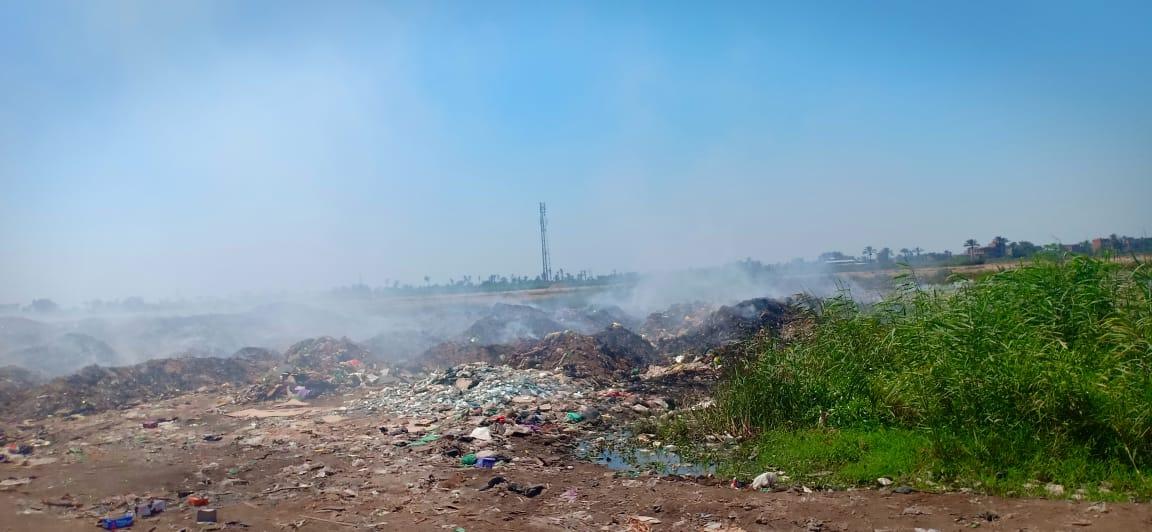 حرائق تجمعات القمامة تغطى سماء قرية السيالة  (4)