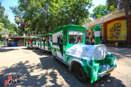 القطار يلف الحديقة والاطفال تستمتع بركوبه