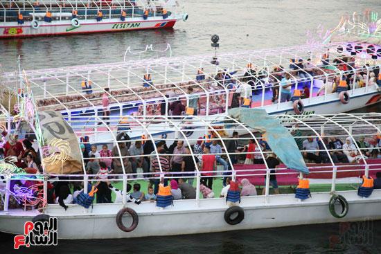 الشباب يستمتعون بركوب المراكب