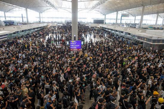 تكدس-مطار-هونج-كونج-بالمسافرين