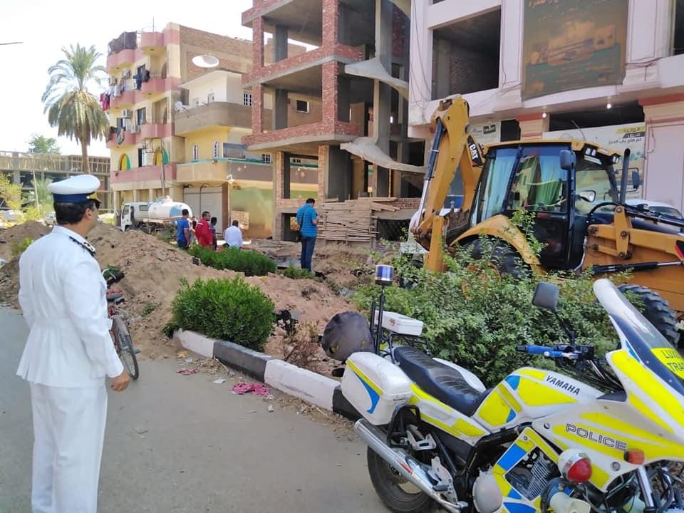 شركة مياة الأقصر تجري إصلاحات لهبوط أرضي بشارع التليفزيون ومدير المرور يتابع العمل (3)