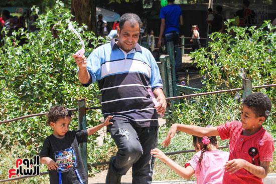 يلعب مع اطفاله احتفالا بالعيد
