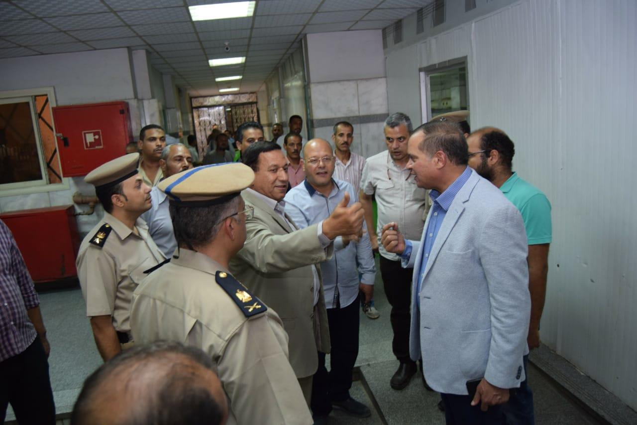 مدير أمن سوهاج يقود حملة على أسوار المستشفى الجامعى (4)