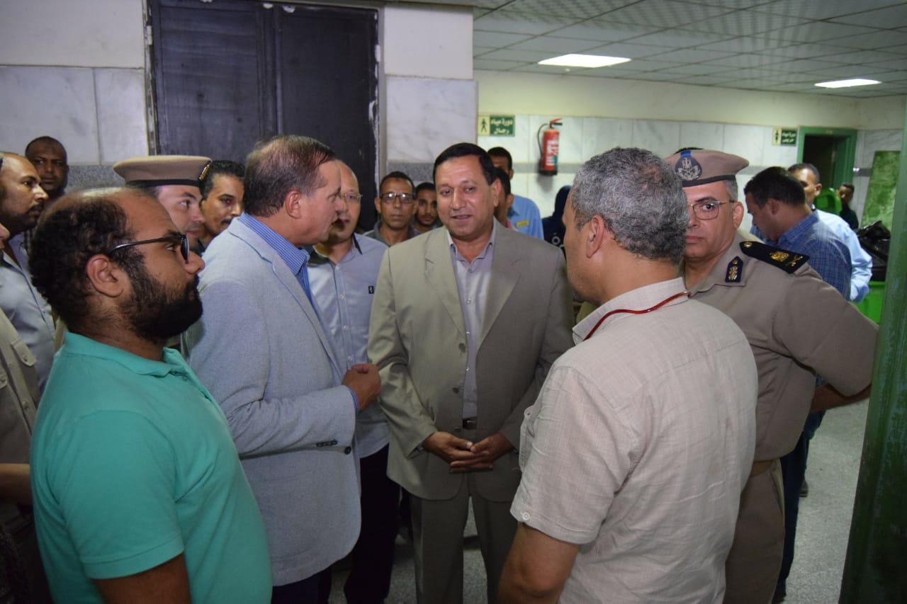 مدير أمن سوهاج يقود حملة على أسوار المستشفى الجامعى (3)