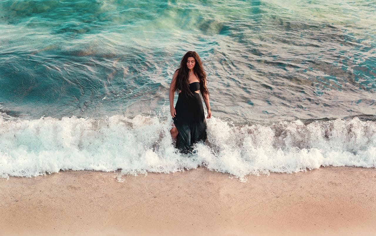 دانا حمدان على الشاطىء
