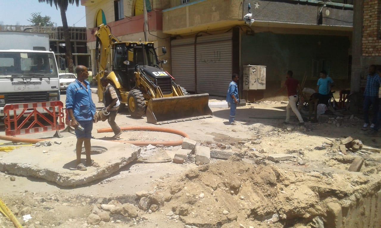 شركة مياة الأقصر تجري إصلاحات لهبوط أرضي بشارع التليفزيون ومدير المرور يتابع العمل (2)