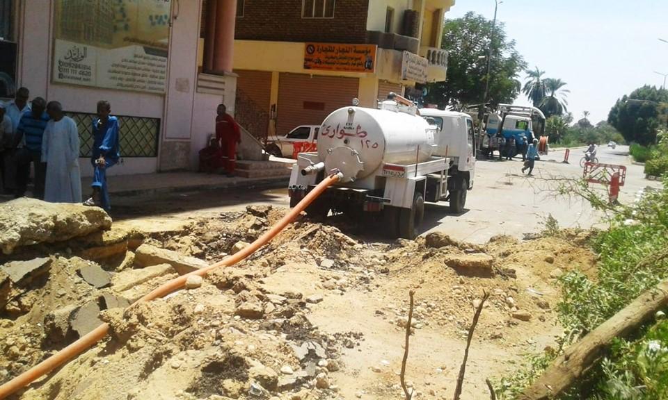 شركة مياة الأقصر تجري إصلاحات لهبوط أرضي بشارع التليفزيون ومدير المرور يتابع العمل (1)