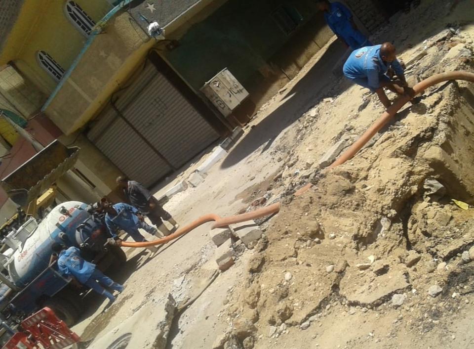 شركة مياة الأقصر تجري إصلاحات لهبوط أرضي بشارع التليفزيون ومدير المرور يتابع العمل (4)