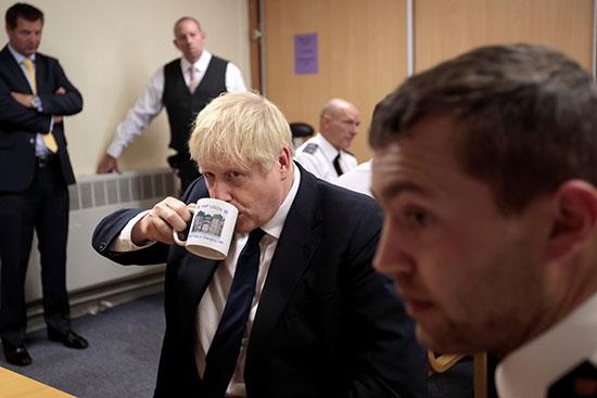 جونسون يحتسى مشروب على هامش الزيارة