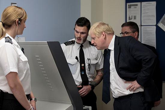 رئيس الوزراء البريطانى يتفقد الأجهزة