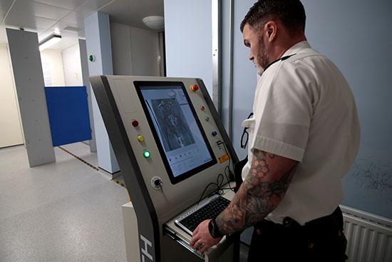 أحد الأجهزة الطبية المتطورة داخل السجن