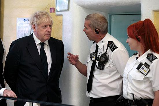 رئيس الوزراء البريطانى يستمع لشرح من المسئولين