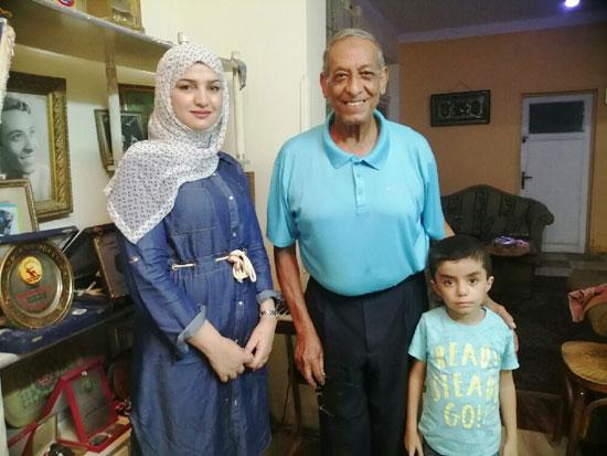 سيد-شحاته-مع-حفيده-وزوجة-ابنه