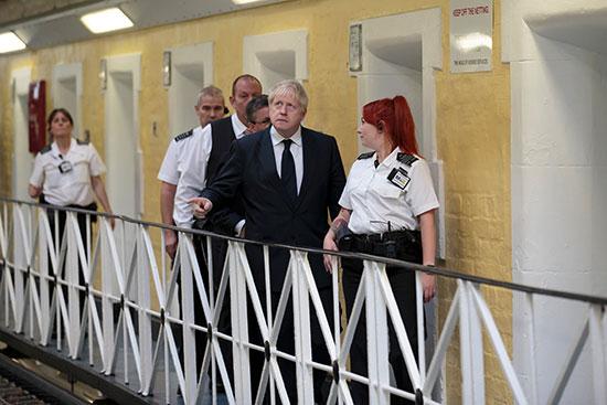 بورييس جونسون أثناء تفقده السجون فى مدينة ليدز