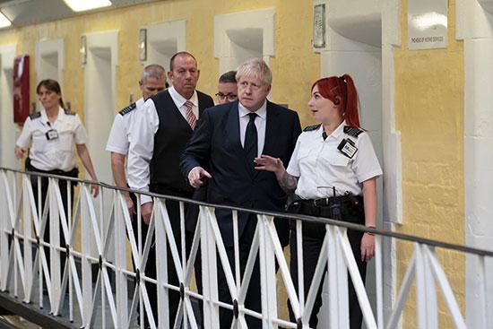 رئيس الوزراء البريطانى يستمع لشرح ضابطة