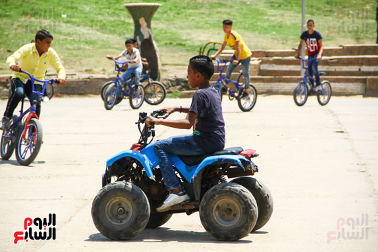 الاطفال تستمتع بركوب العجل داخل الحديقة