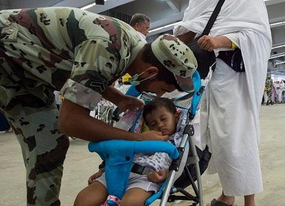 رجل أمن يقبل طفل