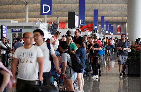 طوابير المسافرين انتظارا لانهاء إجراءاتهم
