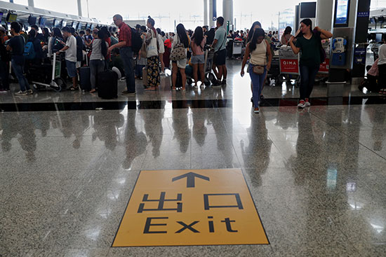 الركاب فى مطار هونج كونج
