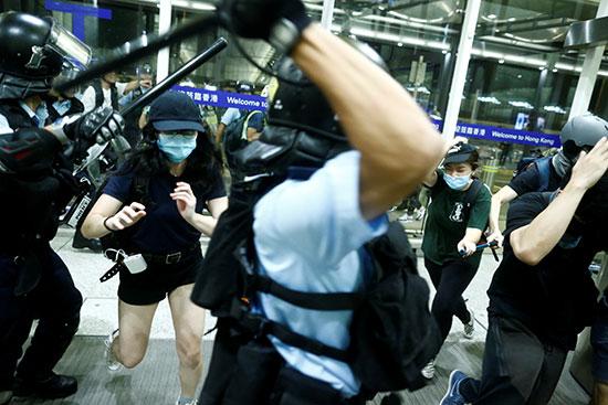 الشرطة تشتبك مع المحتجين لإنهاء الاحتجاجات بالمطار