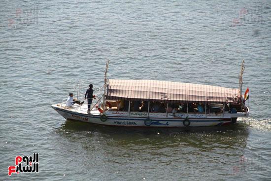 الشباب يتمتعون بركوب المركب في نهر النيل