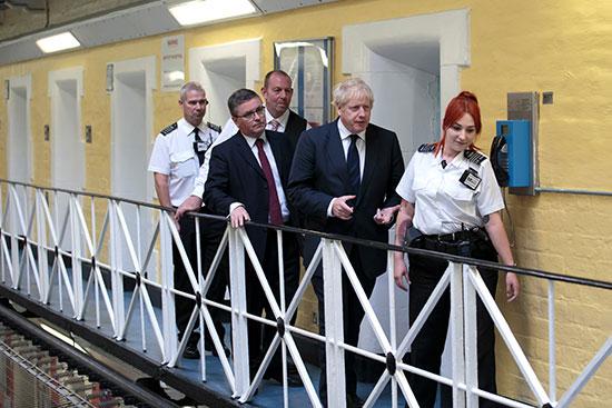 جونسون يتجول بأحد السجون