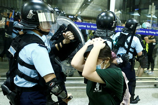 شرطية من هونج كونح تضرب محتجة