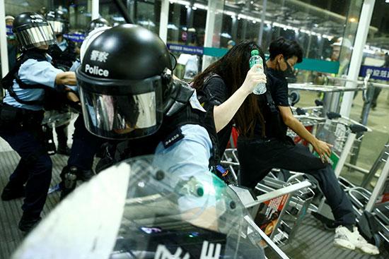 الشرطة تستخدم العنف لإعادة النظام