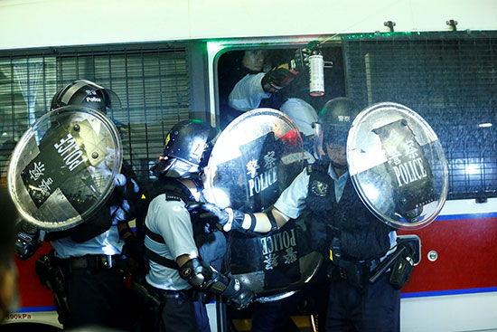 جانب من ضباط الشرطة يفضون الاحتجاجات بالمطار