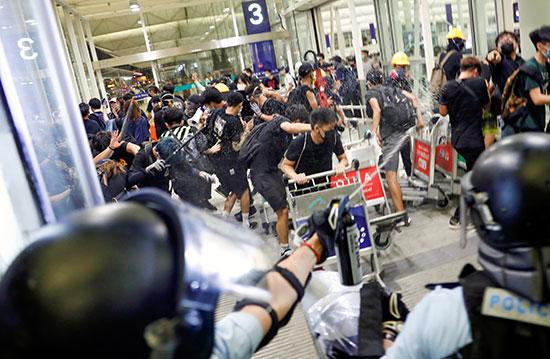 الشرطة تحاول تفريق المحتجين